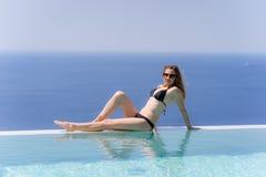 Девушка наслаждаясь летом в бассейне Стоковые Изображения