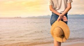 Девушка наслаждаясь заходом солнца на пляже Стоковая Фотография