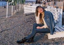 Девушка наслаждаясь заходом солнца Стоковое Изображение RF