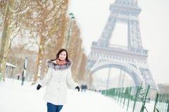 Девушка наслаждаясь красивым зимним днем в Париже Стоковые Изображения RF