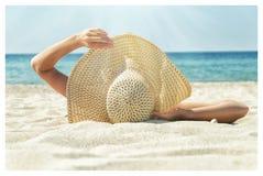 Девушка наслаждаясь ослаблять на пляже Стоковая Фотография