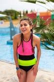 Девушка на бассейне имея полезного время работы Стоковые Изображения