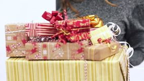 Девушка на белой предпосылке с много подарков акции видеоматериалы