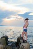 Девушка на береге залива с бетонными конструкциями Стоковые Изображения RF