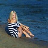 Девушка на береге стоковые фотографии rf