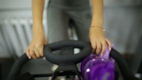 Девушка на велотренажере на спортзале акции видеоматериалы