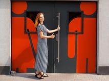 Девушка на двери к туалету 02 Стоковые Изображения RF