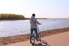 Девушка на велосипеде Стоковые Фотографии RF