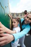 Девушка на взбираясь стене в классе физкультуры школы Стоковое Изображение
