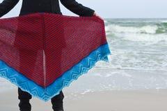 Девушка на выставках пляжа моря связала шаль Стоковое Изображение