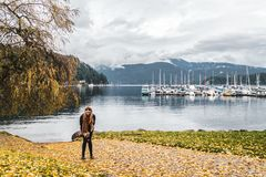 Девушка на глубокой бухте в северном Ванкувере, ДО РОЖДЕСТВА ХРИСТОВА, Канада Стоковые Изображения