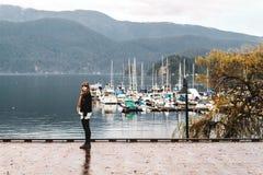 Девушка на глубокой бухте в северном Ванкувере, ДО РОЖДЕСТВА ХРИСТОВА, Канада Стоковые Фото