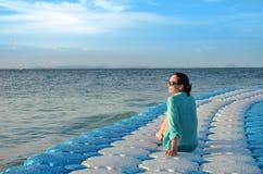 Девушка на голубой стыковке Стоковая Фотография RF