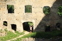 Девушка на дворе камня девушек замка Стоковые Фотографии RF