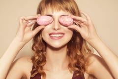 Девушка на день пасхи Корзина удерживания девушки с покрашенными яйцами на светлой предпосылке Милая женщина с cerly волосами E стоковая фотография rf