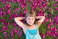 Девушка на лепестках цветка Стоковое Изображение RF