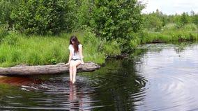 Девушка на журнале озера ослабляя видеоматериал