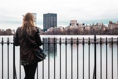 Девушка на загородке на Central Park в Манхаттане, Нью-Йорке Стоковые Изображения