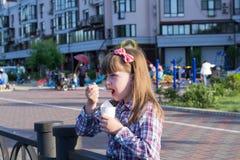 Девушка на закуске улицы Стоковое Изображение