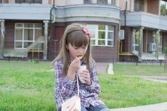 Девушка на закуске улицы Стоковые Изображения