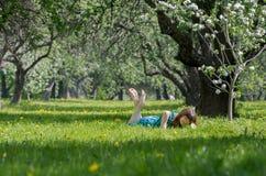 Девушка на зеленом поле Стоковые Изображения RF