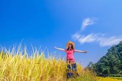 Девушка на золотых террасах Стоковые Изображения RF