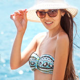Девушка на камне Море или океан пляжа стоковые фото