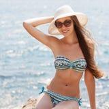 Девушка на камне Море или океан пляжа стоковая фотография rf
