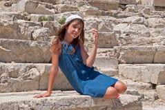 Девушка на камне. Стоковые Изображения RF