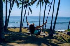 Девушка на качании в тропиках Стоковое Фото
