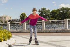 Девушка на коньках ролика Концепция-довольно моды, крайности, молодости и людей стильная в городе паркует, холодное кино девушки  Стоковые Изображения RF