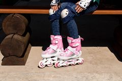 Девушка на коньках ролика Концепция здорового образа жизни стоковые изображения rf