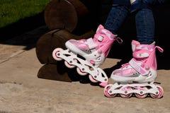 Девушка на коньках ролика Концепция здорового образа жизни стоковые фотографии rf