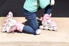 Девушка на коньках ролика Концепция здорового образа жизни стоковое фото rf