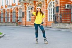 Девушка на коньках ролика Стоковые Фотографии RF