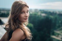 Девушка на крыше Стоковое Изображение