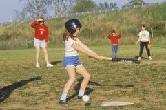 Девушка на летучей мыши на игре бейсбола девушок Стоковые Изображения