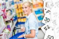 Девушка на магазине выбирая шампунь стоковые фото
