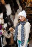 Девушка на магазине меха Стоковое Изображение RF