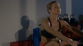 Девушка на машине rowing сток-видео
