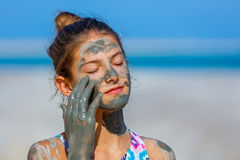 Девушка на мертвом море, Израиле Стоковая Фотография