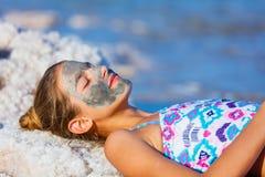 Девушка на мертвом море, Израиле Стоковые Изображения RF