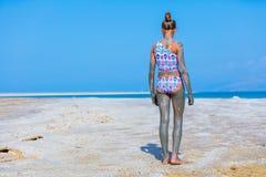 Девушка на мертвом море, Израиле Стоковое Фото