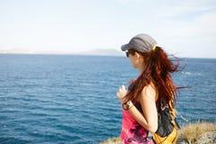 Девушка на море горы обозревая Стоковая Фотография RF