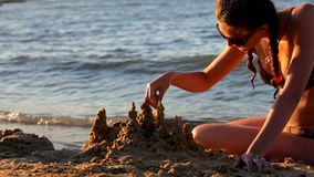 Девушка на море строит замок Анталью песка видеоматериал