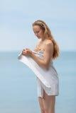 Девушка на море стоковое изображение rf