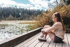 Девушка на озере бобр в парке Стэнли, Ванкувере, ДО РОЖДЕСТВА ХРИСТОВА, Канада Стоковые Фотографии RF