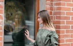 Девушка на окне окн-магазина Стоковые Изображения RF