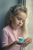 Девушка на окне с какао Стоковые Фотографии RF