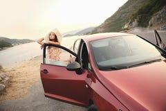 Девушка на дороге Стоковые Изображения